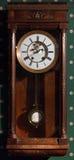 Rocznika ścienny zegar w drewnianej skrzynce obraz stock