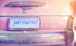 Rocznika ślubny samochód z właśnie zamężnym znakiem Fotografia Stock