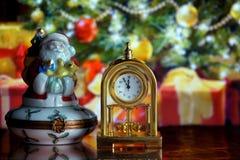 Rocznika Święty Mikołaj i zegar Obraz Stock
