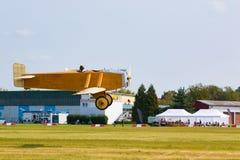 Rocznika żółty samolot w lotnisku Obrazy Royalty Free
