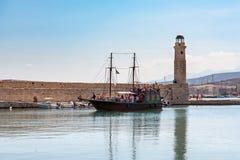 Rocznika żeglowania statek turyści pełno żegluje wzdłuż latarni morskiej grodzki schronienie fotografia royalty free