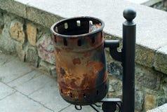 Rocznika żelazny kubeł na śmieci, pojęcie autentyczni przedmioty obrazy stock