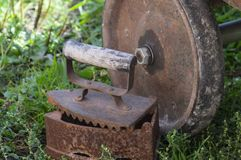 Rocznika żelazo z drewnianą rękojeścią obraz royalty free