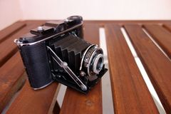 Rocznika Agfa fotografii kamera na drewnianym stole, obiektywu contraption otwarty Obraz Royalty Free