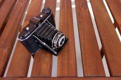 Rocznika Agfa fotografii kamera na drewnianym stole, obiektywu contraption otwarty Zdjęcia Stock
