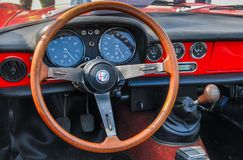 Rocznika Alfa Romeo samochodowy wnętrze - kierownicy deska rozdzielcza i przekładni przesunięcie obrazy stock