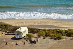 Rocznika amerykański dom na kółkach na campingowym miejscu Obraz Stock