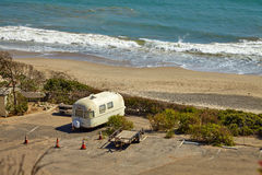 Rocznika amerykański dom na kółkach na campingowym miejscu Zdjęcia Stock