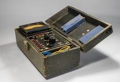 Rocznika analogowy multimeter w drewnianej skrzynce Zdjęcie Royalty Free