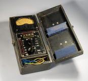 Rocznika analogowy multimeter w drewnianej skrzynce Obrazy Royalty Free