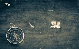 Rocznika antyczny drewniany tło z kompasem Fotografia Royalty Free