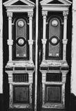 Rocznika antykwarski drewniany w ornamentacyjnym drzwi Fotografia Royalty Free