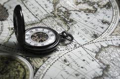 Rocznika antykwarski kieszeniowy zegarek na starym mapy tle Zdjęcie Royalty Free