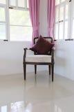 Rocznika antykwarski krzesło w żywym pokoju Fotografia Royalty Free