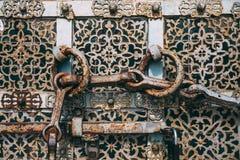 Rocznika antykwarski ośniedziały stalowy drzwi z round rękojeściami zdjęcia royalty free