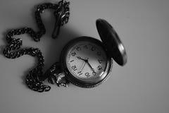 Rocznika antykwarski zegarek na łańcuszkowej czarno biały fotografii Obrazy Stock