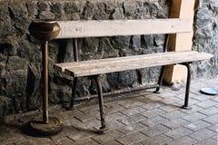 Rocznika ashtray i ławka Zdjęcie Royalty Free