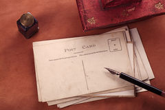 Rocznika atramentu czerwona rzemienna suszka z retro pocztówkami na leathe Obraz Royalty Free
