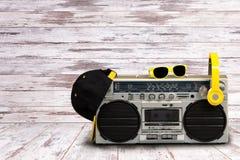 Rocznika audio gracz z hełmofonami modna nakrętka i okulary przeciwsłoneczni ilustracyjny lelui czerwieni stylu rocznik Pojęcie m fotografia royalty free