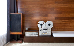 Rocznika audio system w minimalistic nowożytnym wnętrzu Zdjęcie Stock
