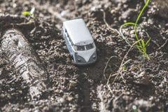 Rocznika autobusu VW Mała metal zabawka w naturze Obrazy Stock