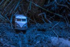 Rocznika autobusu VW Mała metal zabawka w naturze w nocy Fotografia Stock