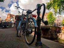 Rocznika błękitny bicykl w Amsterdam Obrazy Stock