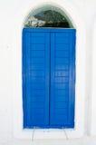 Rocznika błękitny okno zamyka z drewnem na biel ścianie fotografia stock