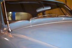 ROCZNIKA BŁĘKITNY samochód Z widokiem przednia szyba I kapiszon zdjęcia stock