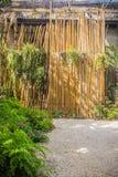 Rocznika bambus i drewniana wejściowa brama Tradycyjna brama i ogrodzenie antyczna wioska Drewniana i bambusowa brama w Tajlandia Obraz Royalty Free