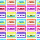 Rocznika bezszwowy wzór z analog muzycznymi kasetami 80s Loopable tło z magnesowymi taśmami dźwiękowa Obrazy Stock