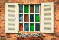 Rocznika biały okno na czerwonym ściana z cegieł Zdjęcie Royalty Free