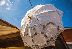 Rocznika biały parasol przeciw niebieskiemu niebu Fotografia Stock