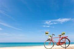 rocznika bicykl na pięknym tropikalnym morza i nieba tle Obraz Stock