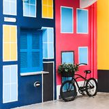 Rocznika bicykl obok domu obraz stock