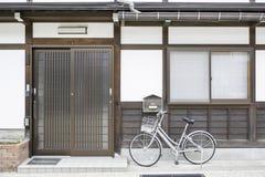 Rocznika bicykl przed starego stylu domem Japonia Zdjęcie Stock