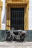 Rocznika bicykl przed starym domem zdjęcia stock