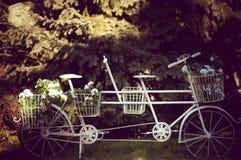 Rocznika bicykl wyposażający. Zdjęcia Stock