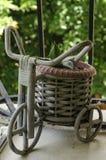Rocznika bicykl z łozinowym koszem w tarasowym ogródzie zdjęcie royalty free