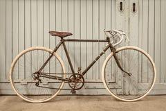 Rocznika bieżny bicykl w starej fabryce zdjęcie royalty free