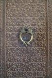 Rocznika brązowy drzwi i drzwiowa rękojeść w Agha Bozorg meczecie, Kashan, Iran Zdjęcie Stock