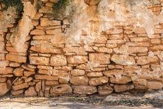 Rocznika brązu kamiennej ściany tła nieociosana scena z chodniczkiem zdjęcia royalty free