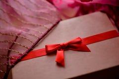 Rocznika brązu miłości pudełko z czerwonym łęku i menchii tłem Zdjęcia Royalty Free