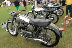 Rocznika brytyjski motocykl w uszeregowaniu Fotografia Royalty Free