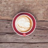 Rocznika brzmienie czerwona filiżanka kawy na drewnianym stole obrazy stock