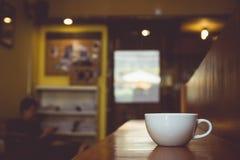 Rocznika brzmienie filiżanka kawy na stole w kawiarni obrazy stock