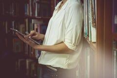Rocznika brzmienie Młody żeński uczeń z iPad pastylką zdjęcie royalty free