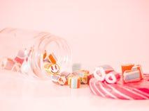 Rocznika brzmienie Ty możesz widzieć smiley twarzy cukierku trzciny w szklanym słoju Zdjęcia Royalty Free