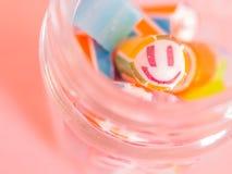 Rocznika brzmienie Zbliżenie przy smiley twarzą i kolorowe cukierek trzciny w trawie zgrzytamy Zdjęcie Royalty Free