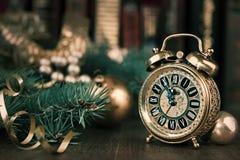 Rocznika budzik pokazuje pięć, dwanaście na dekorującym stole Zdjęcie Royalty Free